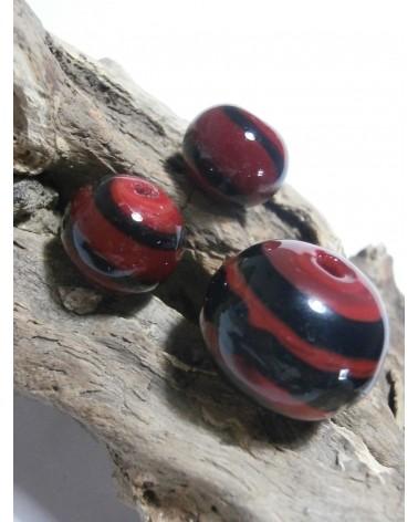 Céline Wojcik    Ensemble de  Perles Rouges à spirales noires  par 3